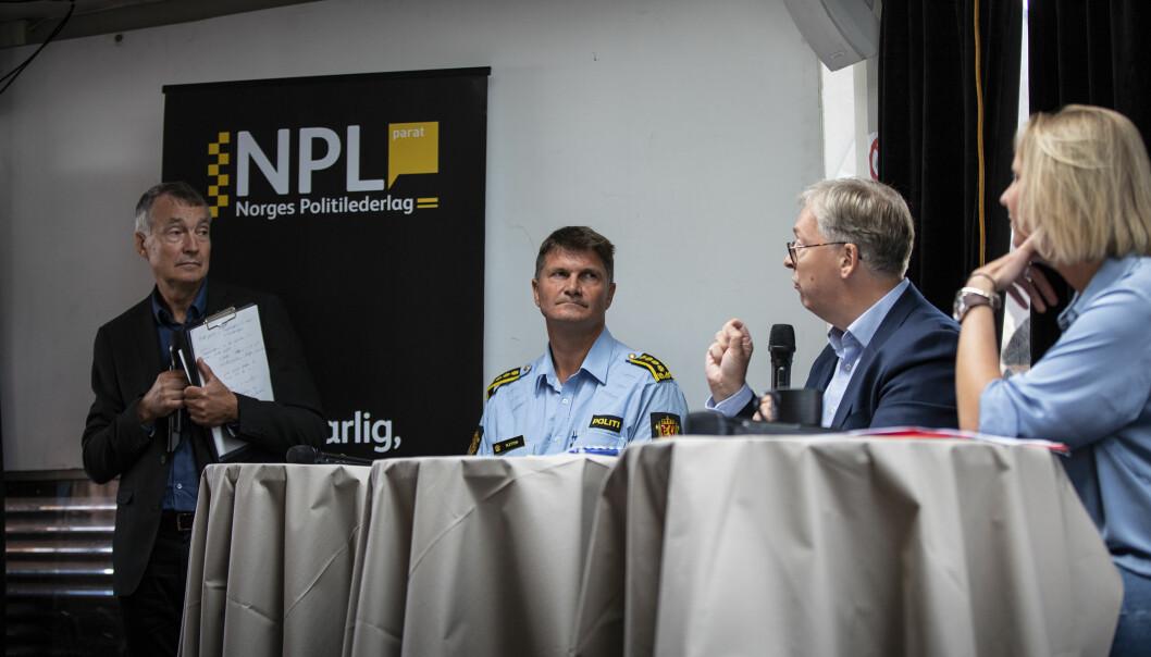 Frank Sletten, politistasjonssjef i Harstad, Thor Kleppen Sættem, statssekretær i Høyre, og Maria Aasen-Svendsrud, stortingsrepresentant i ARbeiderpartiet, under debatten om politireformen under Arendalsuka. Aslak Bonde, som ledet debatten, til høyre.
