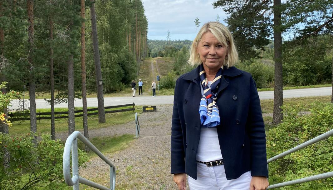 Justisminister Monica Mæland og regjeringen vil opprette en norsk-svensk politistasjon på grensa på Magnormoen. Den nye politistasjonen skal ligge på tomta bak henne.