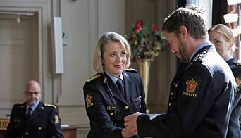 En av de fire politifolkene fra Politiets utlendingsenhet mottar politimedaljen med laurbærgren, som ble utdelt av politidirektør Benedicte Bjørnland.