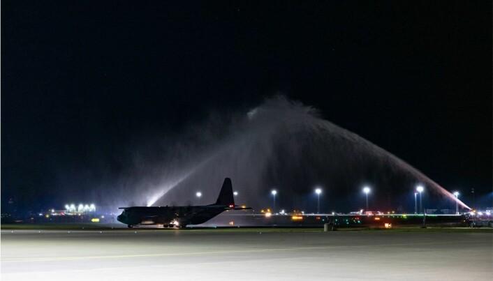 Fly og mannskap kom hjem fra evakuerings oppdraget de hadde gjennomført i luftbroen mellom Kabul i Afghanistan og Tblisis i Georgia, her har C-130J Hercules fra 335 skvadronen landet på Gardermoen.