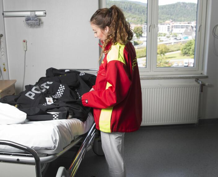 VEIVALG: - Korona brøt ut mens jeg gikk første året på PHS. Da ble det litt vanskelig for meg å si nei til å gå vakter, fordi sykehusene sårt trengte intensivsykepleiere, sier Elin Snarheim.