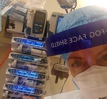 Snarheim forteller at det at pårørende ikke har fått være med inn på intensiven også har vært vanskelig for intensivsykepleierne.