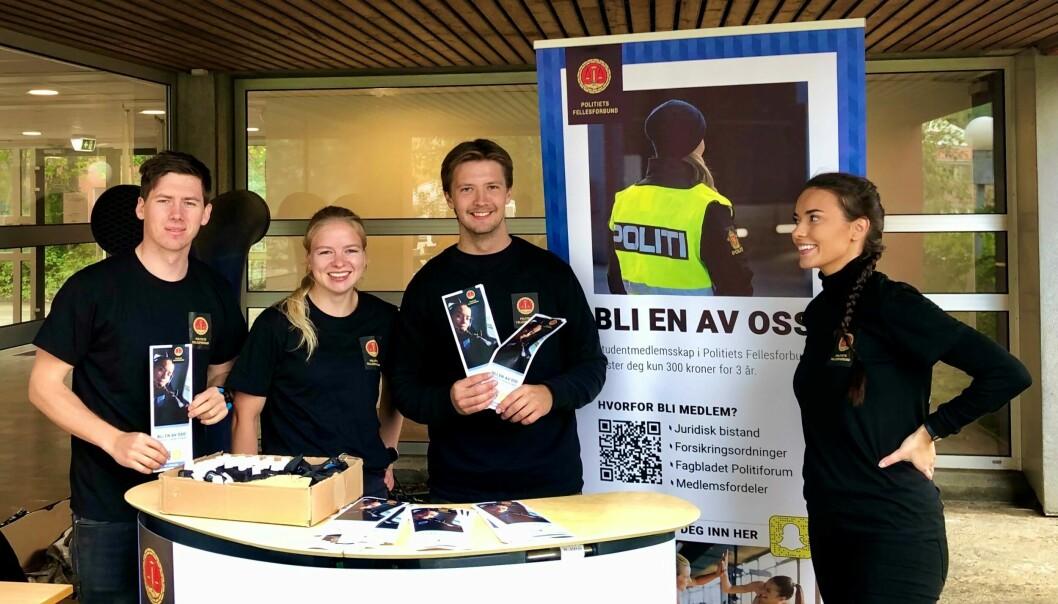 ENGASJERTE: PF Politistudentene på stand for å verve medlemmer blant de nye politistudentene i Bodø i august.