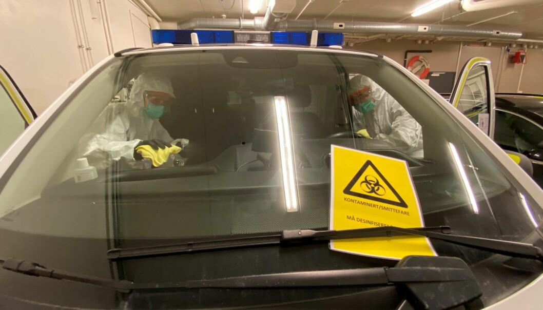 En politibil i Finnmark politidistrikt desinfiseres for å unngå smitte med koronaviruset.