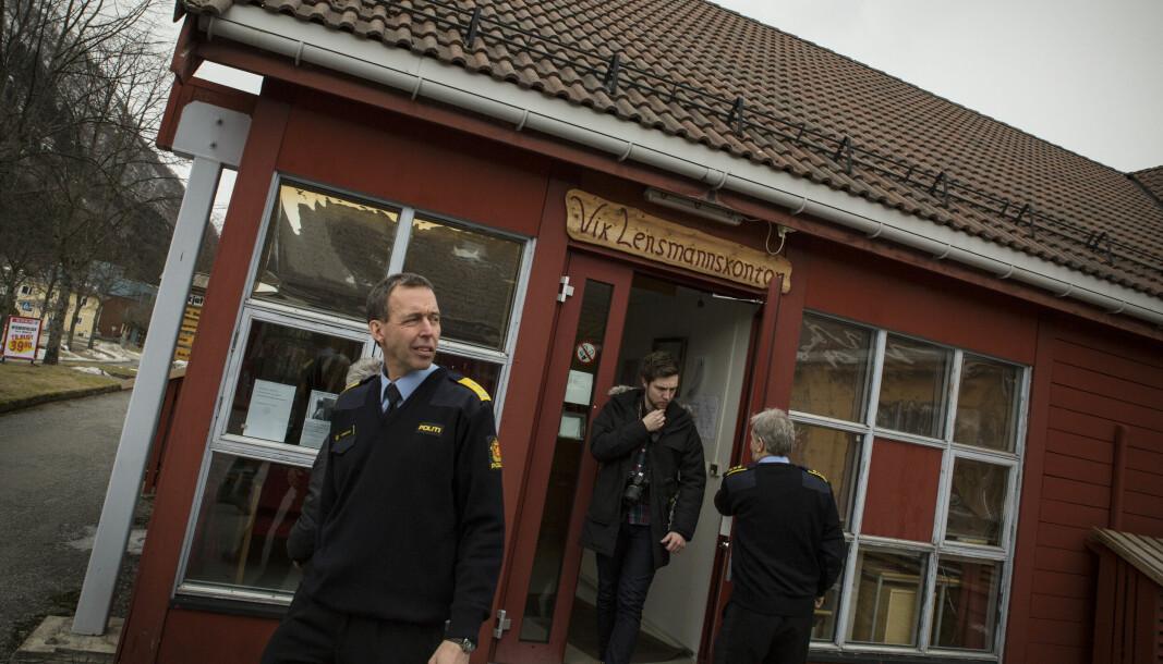 Vik lensmannskontor i Vest politidistrikt er blant lensmannskontorene som nå bytter navn til politistasjon. Bildet er tatt da Kaare Songstad, politimester i vest politidistrikt, besøkte lensmannskontoret i 2016.