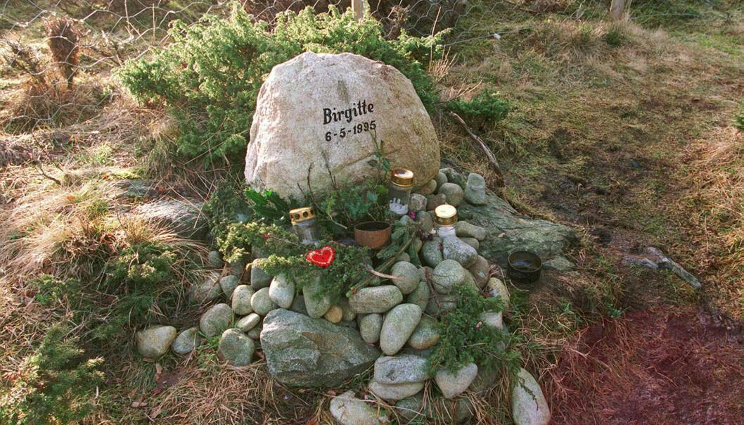MINNESTED: En minnestein ble satt opp i Gamle Sundveg på Karmøy, like ved der Birgitte Tengs (17) ble drept 6. mai 1995.