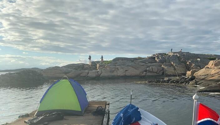 Steinar Haakonseth har slått opp teltet sitt på alt fra brygger og parker til gressletter. Her er han klar til overnatting i telt nord for Gøteborg.
