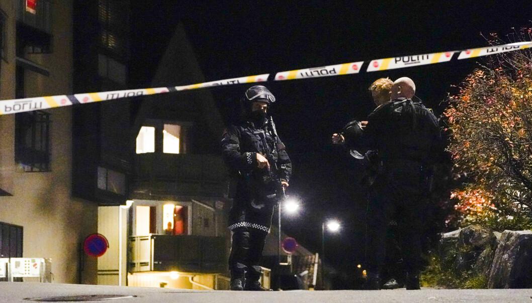 Politiet gjør undersøker i Kongsberg sentrum.